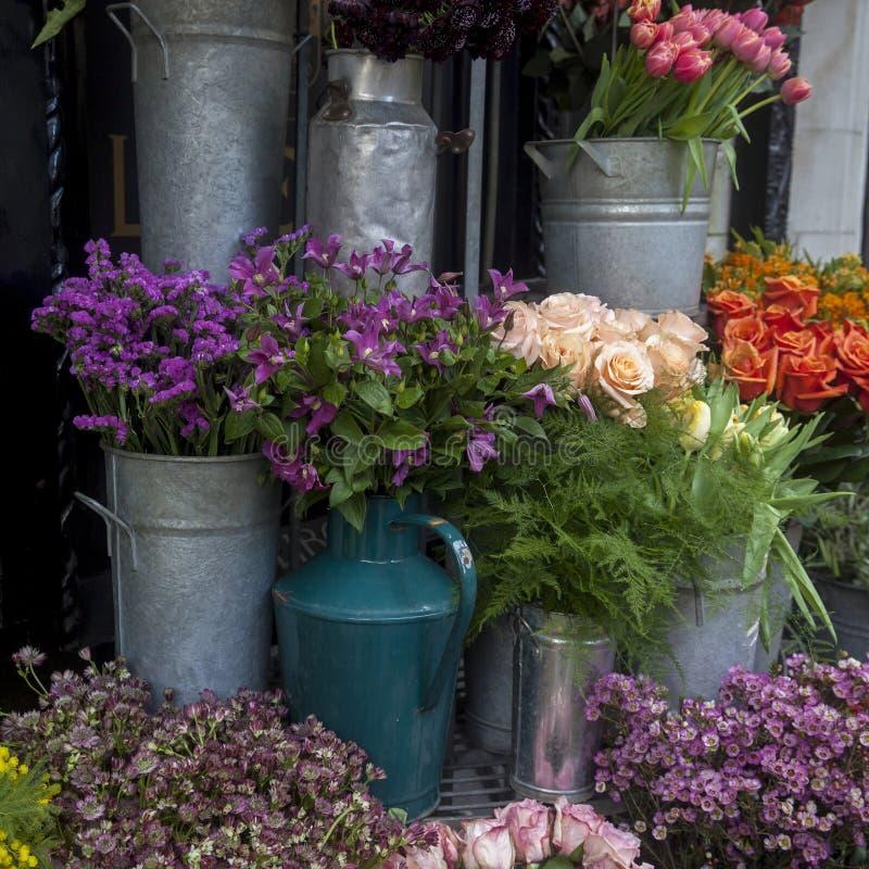 Rosa Rosen im Blumenstrau? als sch?nen Hintergrund lizenzfreie stockbilder