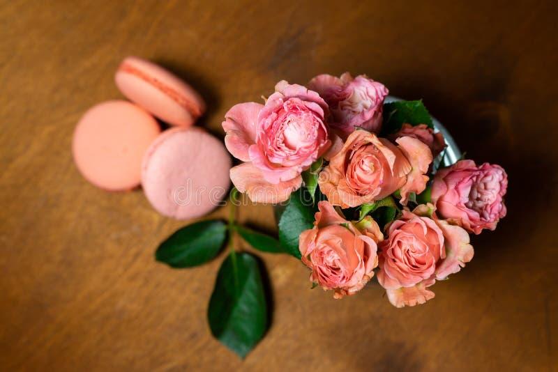 Rosa Rosen mit rosa Makronen lizenzfreies stockfoto