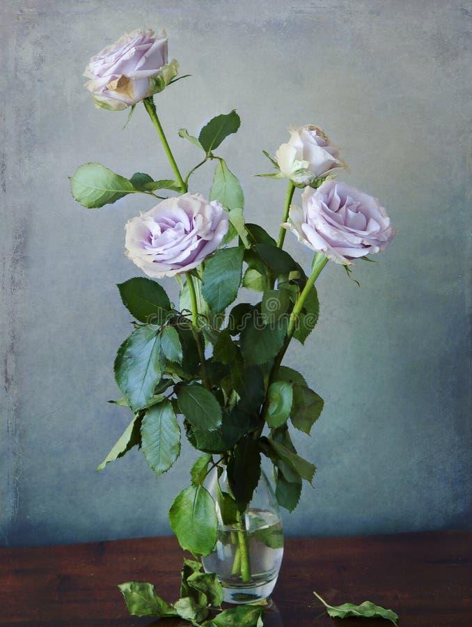Rosa rosor i en glass vas royaltyfri bild