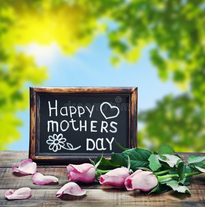 Rosa rosor och lyckönskan på mors dag arkivbilder