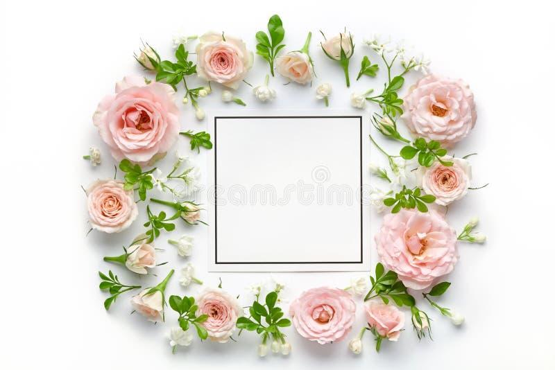 Rosa rosor och tomt kort royaltyfria foton