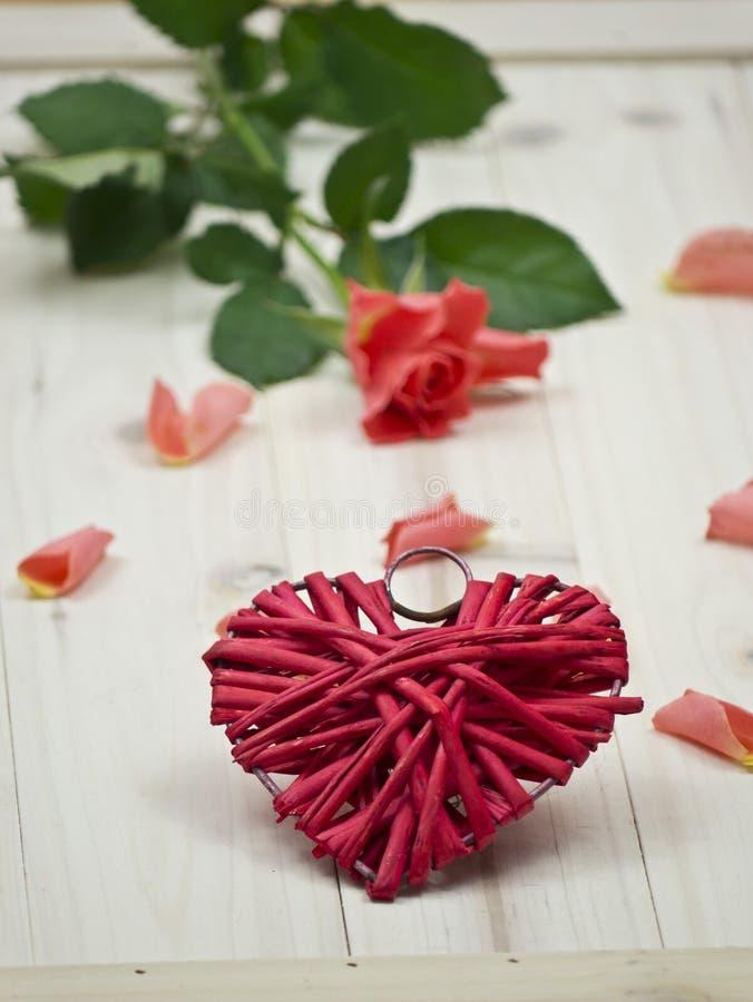 Rosa rossa e un cuore fotografia stock