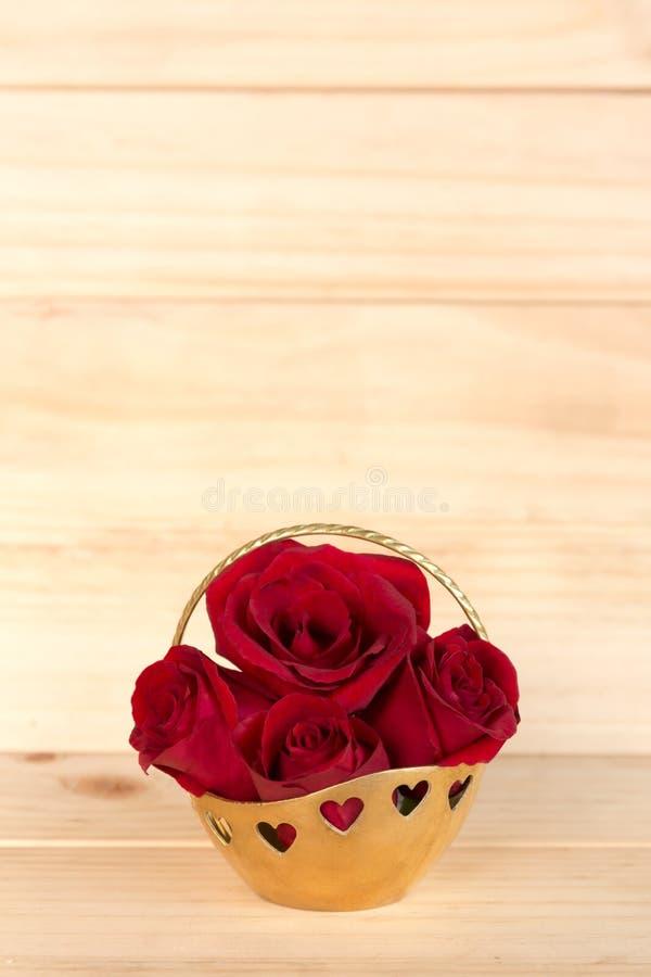 Rosa rossa nel canestro dell'oro, giorno di biglietti di S. Valentino, giorno delle nozze, backg di legno fotografia stock