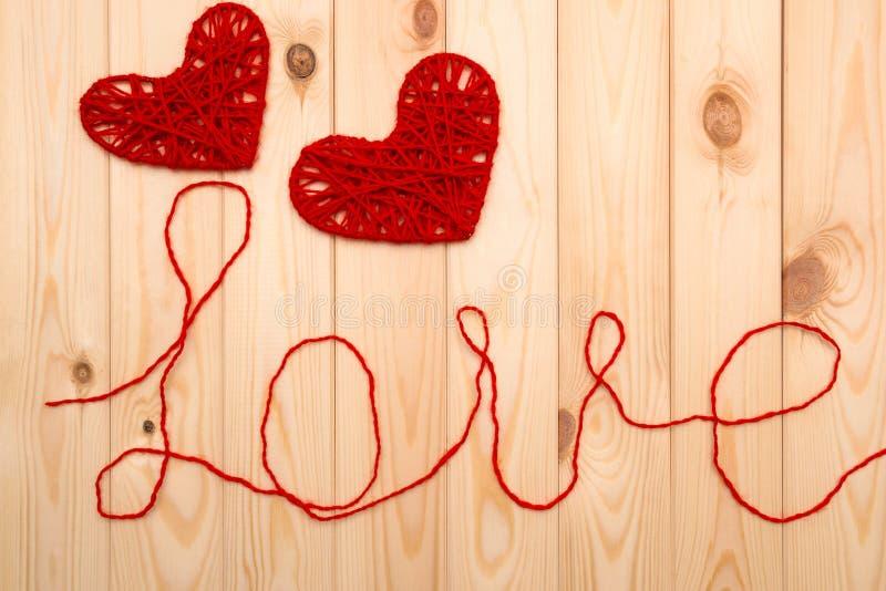 Rosa rossa Simboli di amore - due cuori tricottati immagini stock libere da diritti