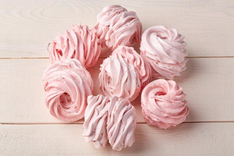 Rosa söt hemlagad luftig sefir eller marshmallower på träbakgrund fotografering för bildbyråer