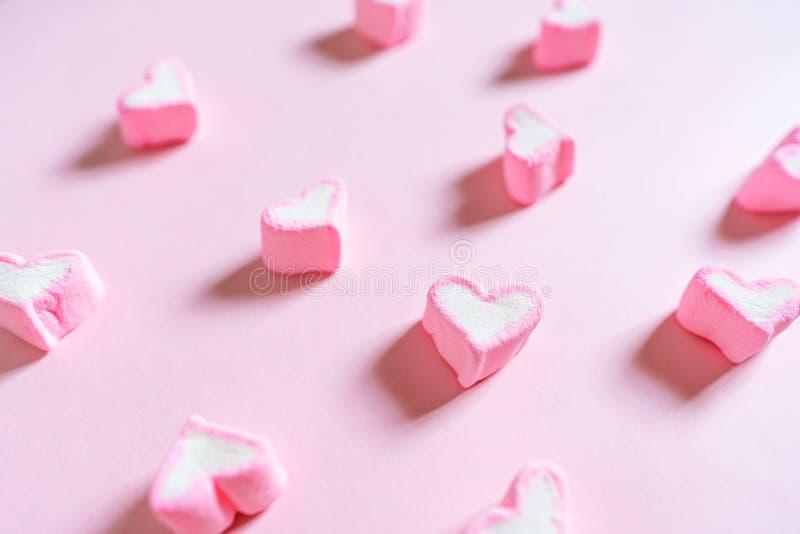 Rosa söt marshmallow, på rosa pastell färgad bakgrund royaltyfri bild