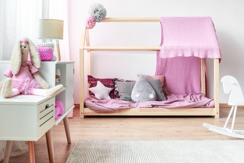 Rosa Schlafzimmer Mit DIY-Bett Stockbild - Bild von bedsheets, grau ...