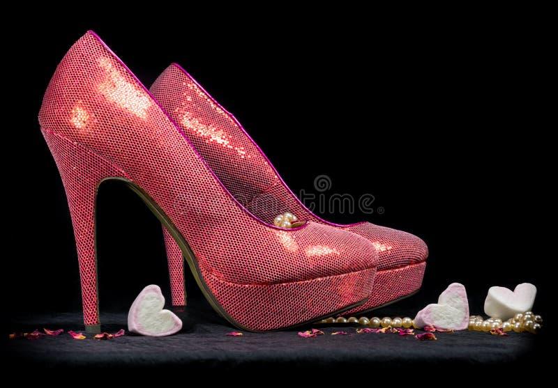 Rosa Schuhe des hohen Absatzes auf schwarzem Hintergrund lizenzfreie stockfotografie