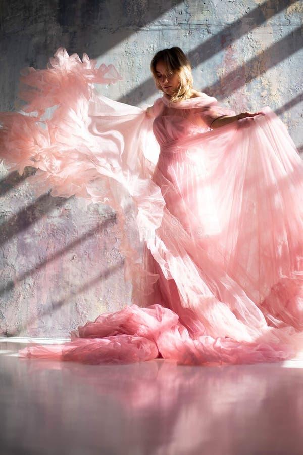 Rosa Schwankleid, gefrorener Moment lizenzfreies stockbild