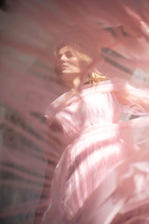 Rosa Schwankleid, gefrorener Moment stockfotos