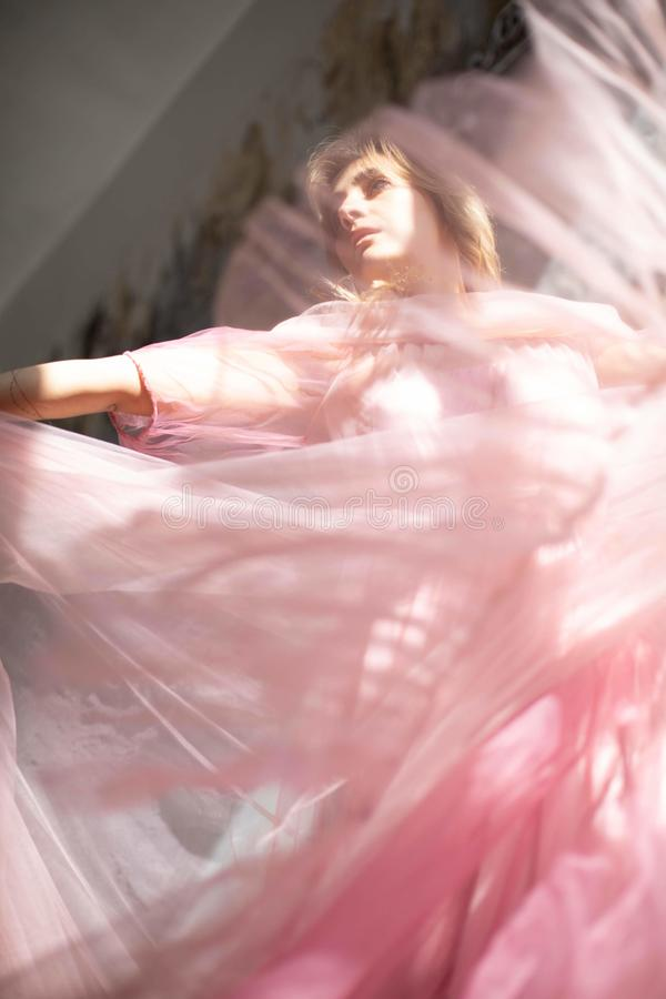 Rosa Schwankleid, gefrorener Moment lizenzfreie stockbilder