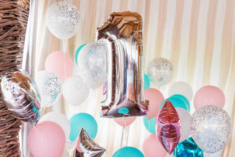 Rosa, Silber und blaue aufblasbare Ballone auf Bändern - Nr. 1 Dekorationen für Geburtstagsfeier Metallischer Designballon stockbilder