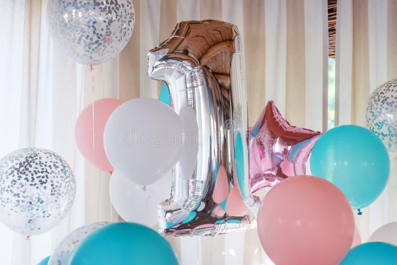 Rosa, Silber und blaue aufblasbare Ballone auf Bändern - Nr. 1 Dekorationen für Geburtstagsfeier Metallischer Designballon lizenzfreie stockbilder