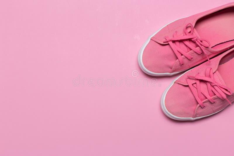Rosa skor på en pastellfärgad bakgrund Top beskådar arkivfoton