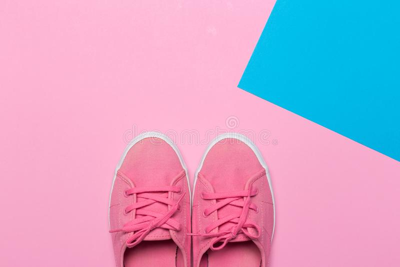 Rosa skor på en pastellfärgad bakgrund Top beskådar arkivfoto