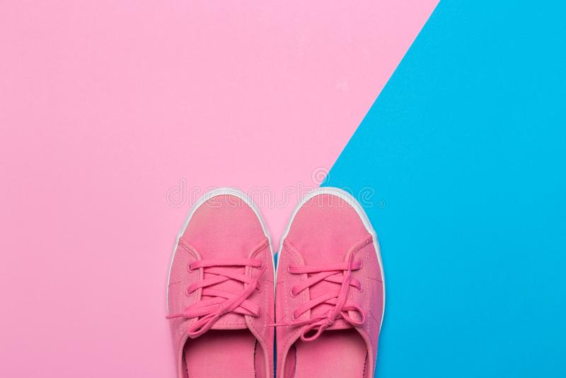Rosa skor p? en pastellf?rgad bakgrund Top besk?dar royaltyfria bilder