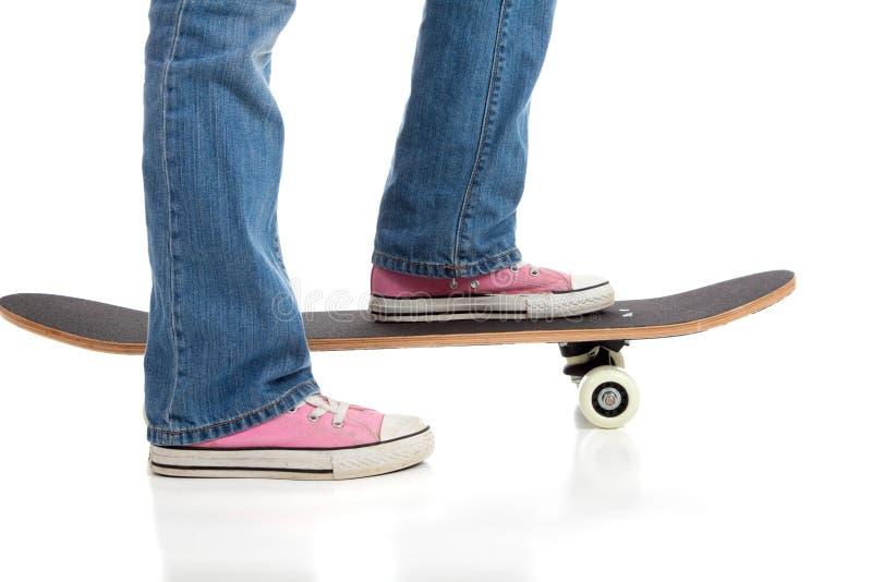 rosa skor som skateboarding royaltyfria bilder
