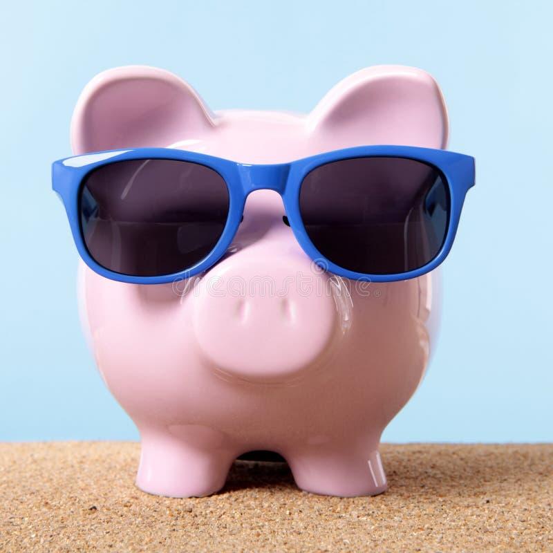 Rosa solglasögon för besparingar för semester för lopp för strand för spargrissand arkivfoton