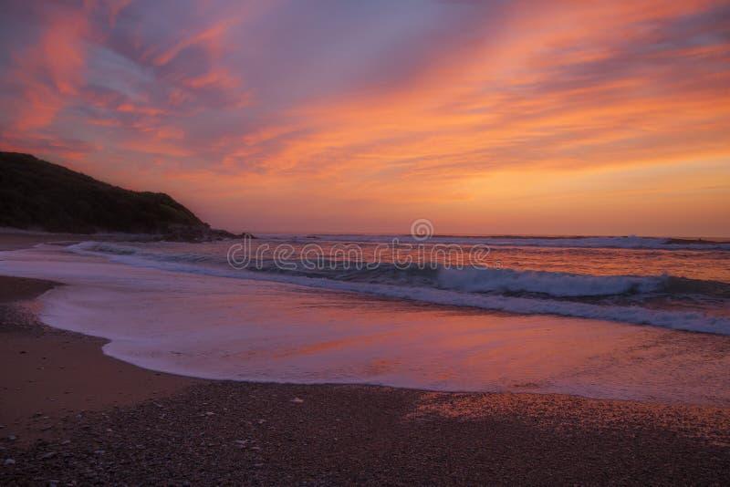 Rosa solnedgång över en strand nära helgonet Jean de Luz, söder av Frankrike royaltyfri bild
