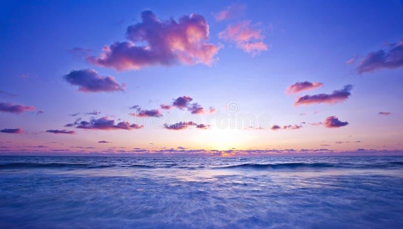 Rosa solnedgång på stranden fotografering för bildbyråer