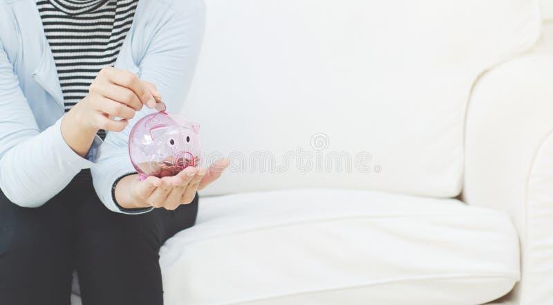 Rosa spargris i hand arkivfoton