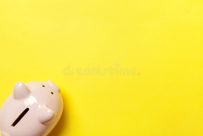Rosa Sparschwein lokalisiert auf gelbem Hintergrund lizenzfreies stockfoto