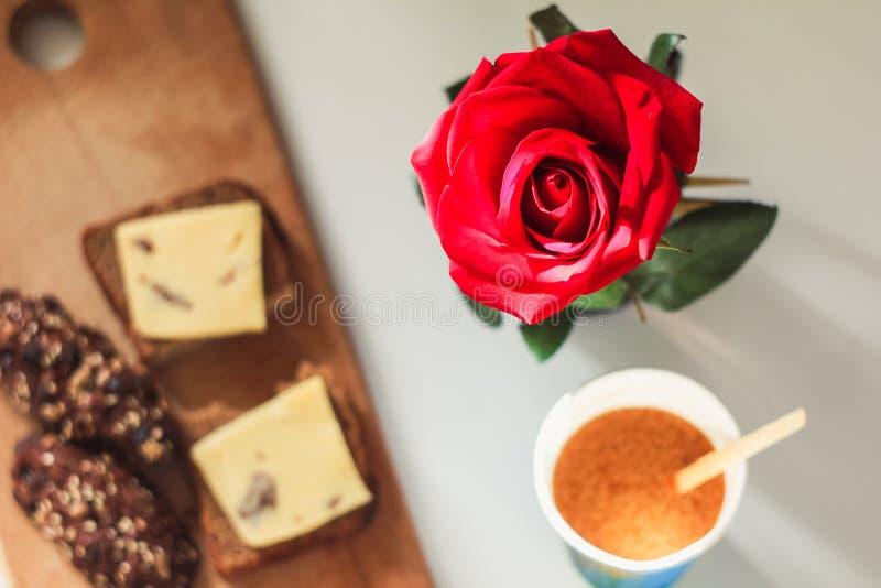Rosa su un fondo vago della prima colazione immagine stock