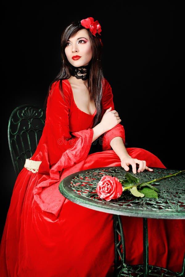Rosa su una tabella fotografia stock