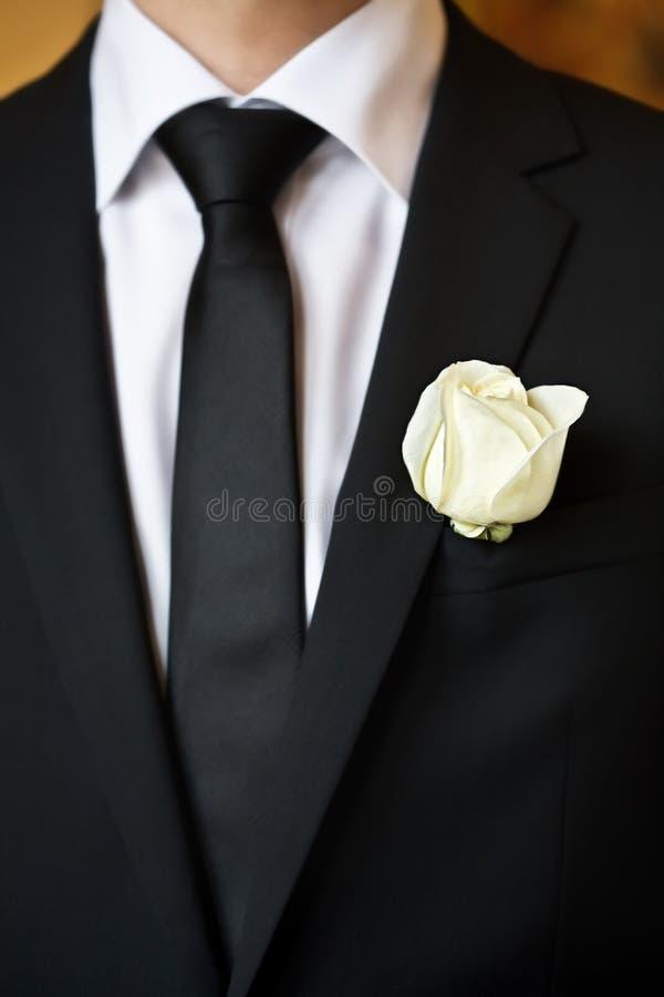 Rosa sul vestito dello sposo fotografie stock