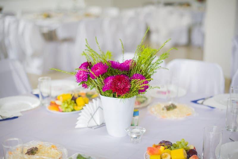 rosa tabell för blommor arkivfoton