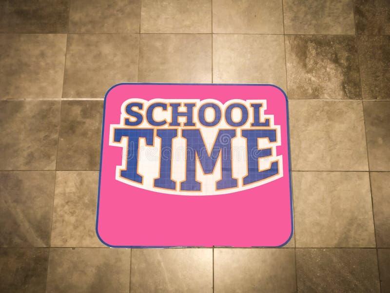 Rosa tecken för skolatid på väggen arkivbild