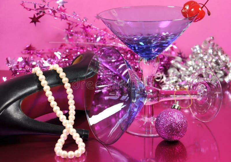 Rosa Thema guten Rutsch ins Neue Jahr-Partei mit Martini-Cocktailglas der Weinlese blauem und Sylvesterabenden Dekorationen nach  lizenzfreie stockfotos