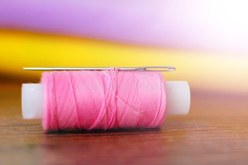 Rosa Thread und Nadel sehr nah lizenzfreies stockfoto