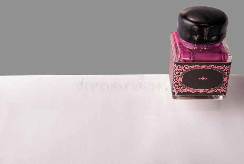 Rosa Tintenfass mit leerem Aufkleber auf Umschlag stockfoto