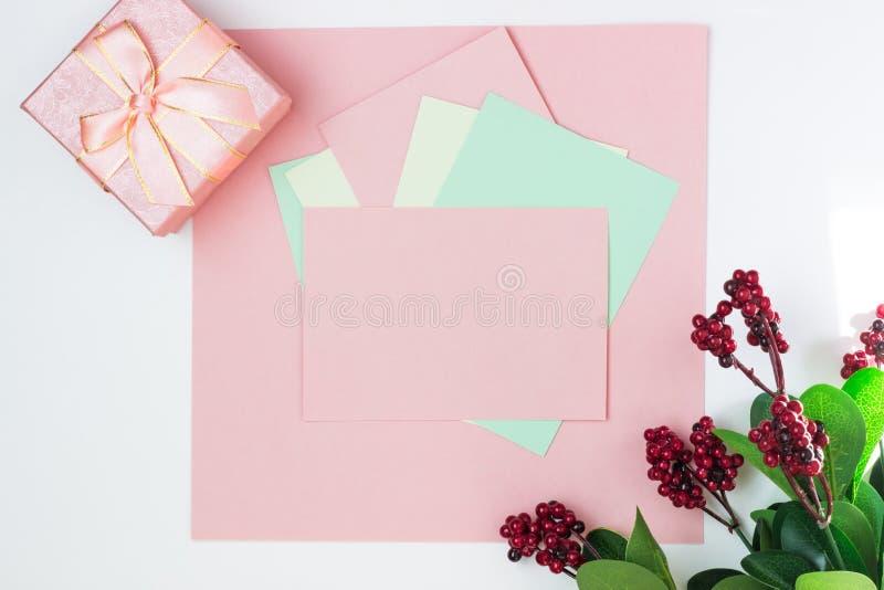 Rosa tomt kort, ark f?r att skriva E B?sta sikt, lekmanna- l?genhet, kopieringsutrymme royaltyfria foton