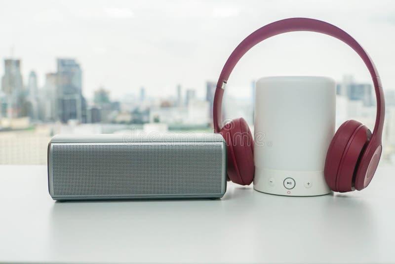 Rosa trådlös headphone med bluetoothhögtalaren med ljust alternativ fotografering för bildbyråer