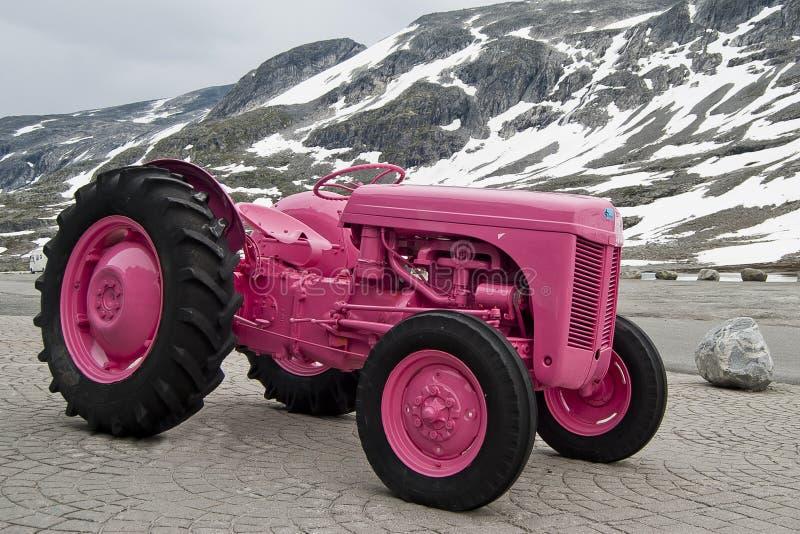 rosa traktor royaltyfria bilder