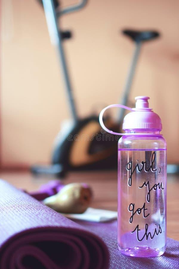 Rosa transparente Wasserflasche lizenzfreie stockfotos