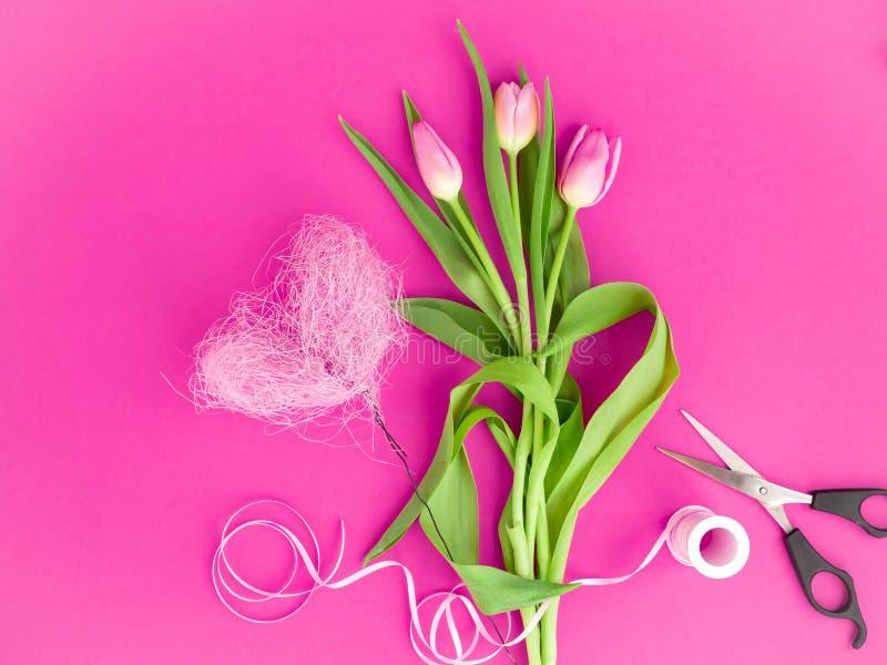 Rosa Tulpen auf einem rosa Hintergrund lizenzfreies stockbild