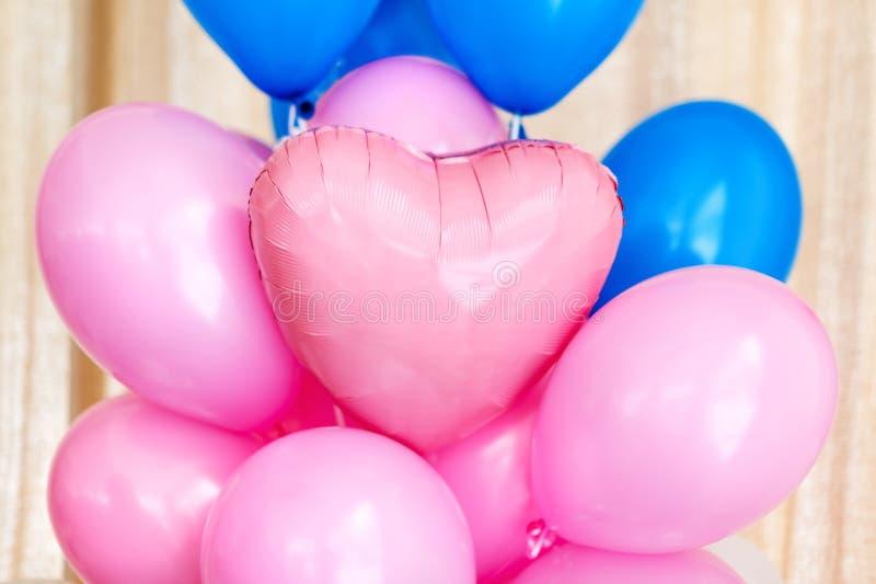Rosa und blaue aufblasbare Ballone Dekorationen für Geburtstagsfeier lizenzfreies stockbild