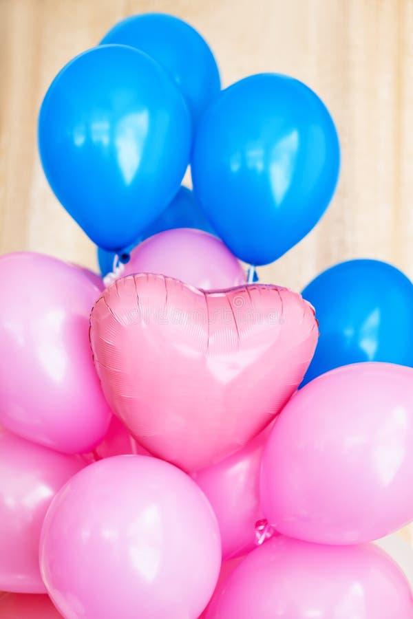 Rosa und blaue aufblasbare Ballone Dekorationen für Geburtstagsfeier stockfotos