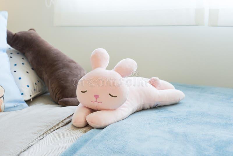Rosa und blaue Decke mit kreativen Kissen auf Bett im bunten Kinderraum lizenzfreies stockbild