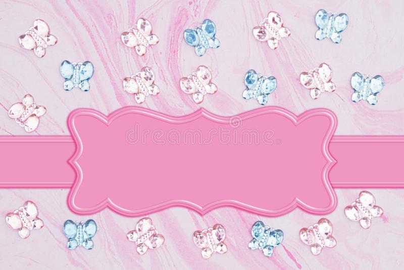 Rosa und blaue Glasschmetterlinge mit Blumen auf rosa Aquarellpapier stock abbildung