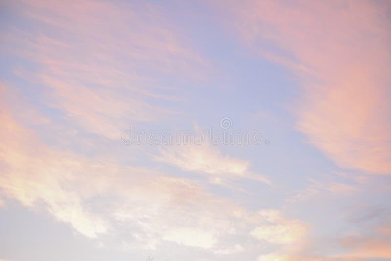 Rosa und blauer Pastellhimmel stockbilder