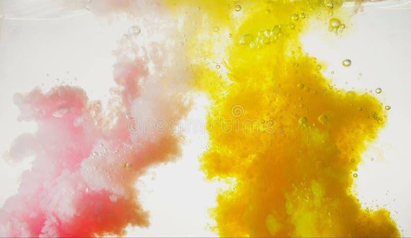 Rosa und Gelb im Wasser lizenzfreie stockbilder
