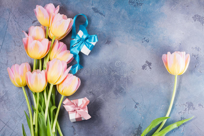 Rosa und gelbe Tulpen stockfoto