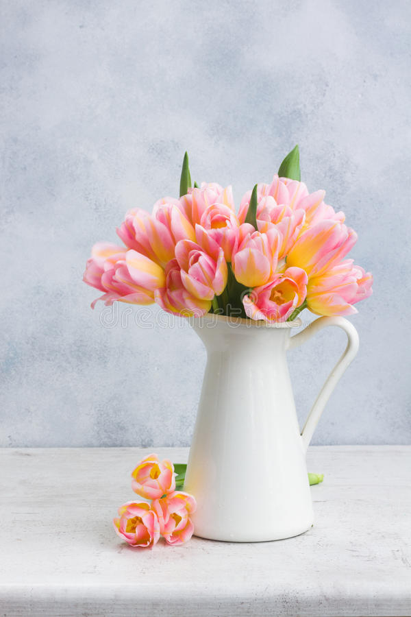 Rosa und gelbe Tulpen stockbild