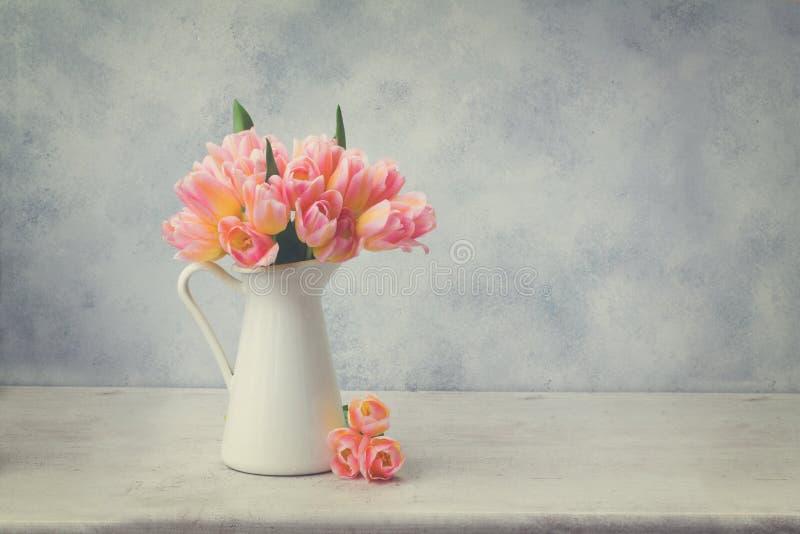 Rosa und gelbe Tulpen lizenzfreie stockbilder