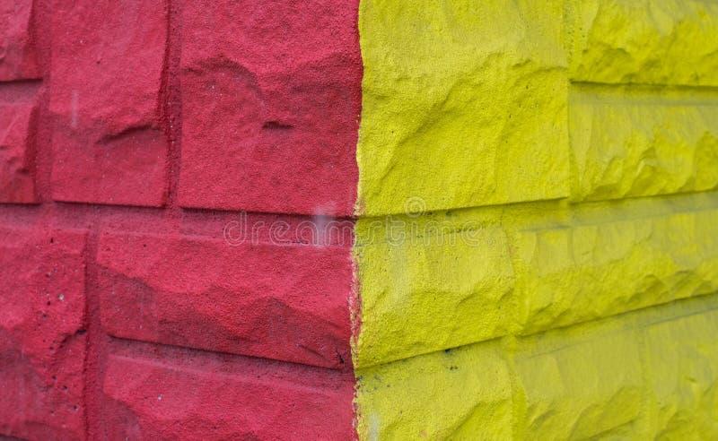 Rosa und gelbe Wand stockfotos
