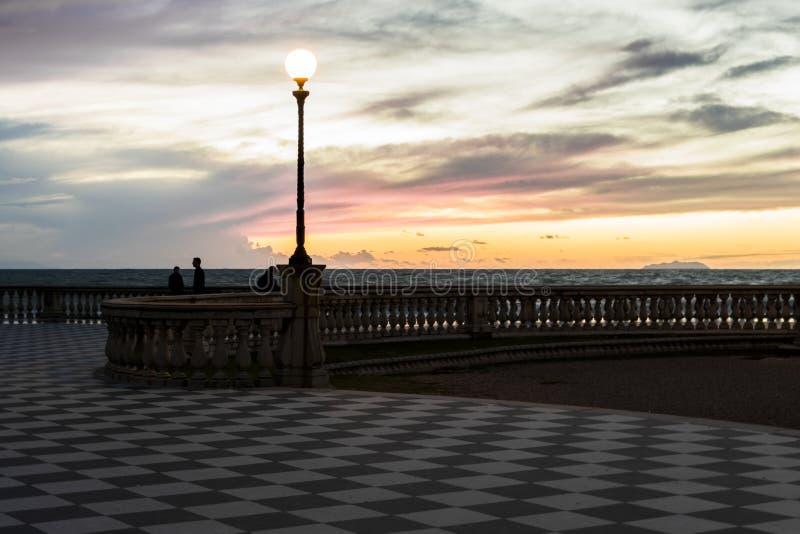 Rosa und gelber Sonnenuntergang stockbild